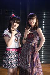 チームKポーズを見せる武藤姉妹(左=妹の武藤小麟、右=姉の武藤十夢)(C)AKS