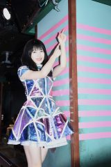 AKB48劇場の柱に12本目のテープを貼った横山由依 (C)AKS