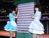 AKB48劇場の柱に12本目のテープを貼った(左から)渡辺麻友、柏木由紀 (C)AKS