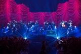 額縁付きの特大LEDをステージ上に11面設置したスペシャルな演出 Photo by Nobuyuki Kobayashi、Daisuke Sakai [FYD Inc.]