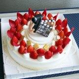 伊能にちなんで、フィルムカメラとカチンコのデコレーションが施されたバースデーケーキ(C)NHK