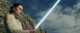 ライトセイバーの本当の力を引き出すための厳しい訓練に励むレイ(C)2017 Lucasfilm Ltd. All Rights Reserved.
