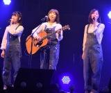 イルカ(中央)とコラボしたSKE48の松井珠理奈(右)と小畑優奈=「第7回AKB48紅白対抗歌合戦」の模様 (C)ORICON NewS inc.