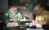 濱元隆輔氏(右)のキャラデザを絶賛するスタン・リー氏(左)(C)POW Entertainment Inc.