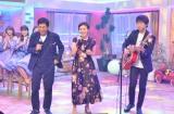 12月18日放送、NHK総合『第3回明石家紅白!』さんま&大竹しのぶ、元夫婦デュエットが実現。右でギターを弾いているのは高橋優(C)NHK