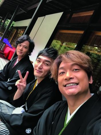 (左から)『週刊ザテレビジョン』お正月超特大号に登場する稲垣吾郎、草なぎ剛、香取慎吾
