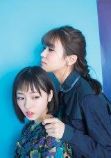 『別冊カドカワDirecT 07』に登場する欅坂46(左から)今泉佑唯、小林由依 (C)KADOKAWA
