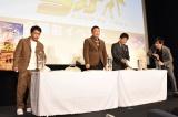 麻婆カレーを試食して悶絶する(左から)中川家、次長課長 (C)ORICON NewS inc.