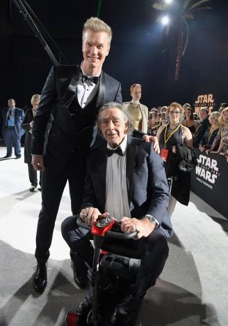 新旧チューバッカ役のヨーナス・スオタモ(左)とピーター・メイヒュー(右