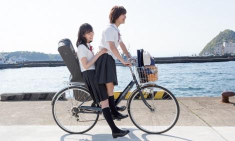 映画『志乃ちゃんは自分の名前が言えない』で主演を務める(左から)南沙良、蒔田彩珠(C)2017「志乃ちゃんは自分の名前が言えない」製作委員会