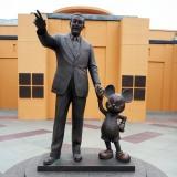 ウォルト・ディズニー・カンパニーの創業者の一人、ウォルト・ディズニーとミッキーマウスの像 (C)ORICON NewS inc.