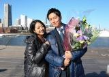 関西テレビ・フジテレビ系連続ドラマ『明日の約束』をクランクアップした工藤阿須加(右)と主演の井上真央 (C)関西テレビ