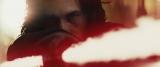 映画『スター・ウォーズ/最後のジェダイ』(公開中)より。赤い十字のライトセーバーを握るカイロ・レン(C)2017 Lucasfilm Ltd. All Rights Reserved
