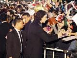 12月6日、東京・六本木ヒルズアリーナで開催されたレッドカーペットイベントでファンサービスするアダム・ドライバー (C)ORICON NewS inc.