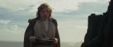 映画『スター・ウォーズ/最後のジェダイ』ライトセーバーを受け取ったルークは…(C)2017 Lucasfilm Ltd. All Rights Reserved.