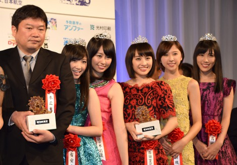 『第40回 報知映画賞』特別賞を受賞した本広克行監督、ももいろクローバーZ (C)ORICON NewS inc.