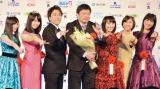 『第40回 報知映画賞』特別賞を受賞した本広克行監督(左から4番目)、ももいろクローバーZ、花束ゲストのムロツヨシ (C)ORICON NewS inc.