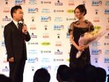『第40回 報知映画賞』助演女優賞を受賞した吉田羊(右)と花束ゲストの八嶋智人 (C)ORICON NewS inc.