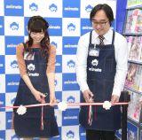 テープカットする(左から)諏訪ななか、林和秀店長 (C)ORICON NewS inc.