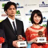 『第42回 報知映画賞』の新人賞を受賞した(左から)北村匠海、浜辺美波 (C)ORICON NewS inc.