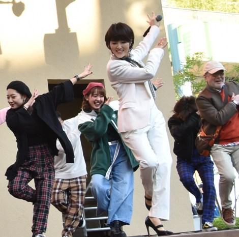 「ダンシング・ヒーロー」を歌う荻野目洋子 (C)ORICON NewS inc.