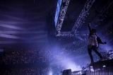 360°ファンに囲まれたステージで熱演