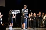 自由曲小学生部門3位のチームをハグで祝福する竹内涼真=『第5回 全国小・中学校リズムダンスふれあいコンクール』 (C)TBS