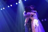 ファンの涙を誘った「思い出のほとんど」歌唱後のまゆゆきりん抱擁(C)AKS