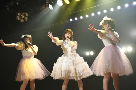 M5.初恋よこんにちは(左から川本紗矢、渡辺麻友、宮脇咲良)(C)AKS