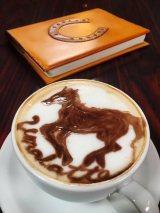 カフェラテができるまでの間、馬にまつわる話を伝える(C)フジテレビ