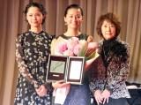 『第30回日刊スポーツ映画大賞』の授賞式に出席した(左から)宮崎あおい、尾野真千子、吉行和子 (C)ORICON NewS inc.