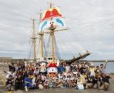 宝島の島民たちとの記念写真(C)藤子プロ・小学館・テレビ朝日・シンエイ・ADK 2018