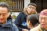 劇中カットより。怪しい動きをする男(イジリー岡田)が…(C)テレビ東京