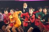 『紅白歌合戦』で登美丘高校ダンス部と共演する郷ひろみ (C)ORICON NewS inc.