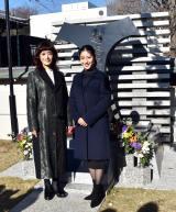 越路吹雪の記念碑に参拝した(左から)大地真央、瀧本美織 (C)ORICON NewS inc.