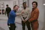 映画『スター・ウォーズ/最後のジェダイ』(公開中)メイキングカットより。(左から)ライアン・ジョンソン監督、フィン役のジョン・ボイエガ、ポー・ダメロン役のオスカー・アイザック(C)2017 Lucasfilm Ltd. All Rights Reserved.