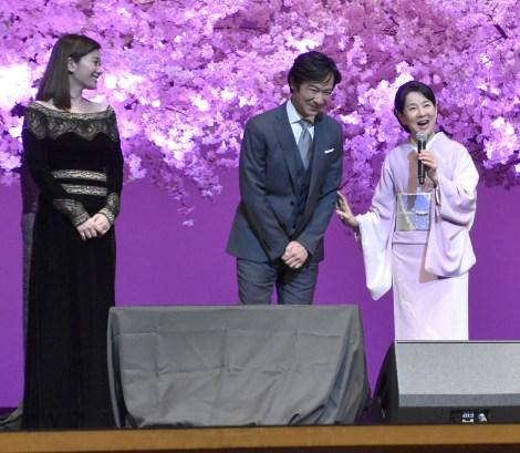 吉永小百合(右)の生歌唱を笑顔で聴き入った(左から)篠原涼子、堺雅人 (C)ORICON NewS inc.