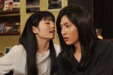 """1月5日スタート、ドラマ10『女子的生活』第1話より(左から)みき(右/志尊淳)は合コンで自然派気取りの女、ゆい(左/小芝風花)とい""""女""""同士のバトルを繰り広げることになる(C)NHK"""