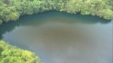1月7日放送、TBS系『世界遺産』新春スペシャル「空から見る地球」より。太平洋のパラオにはオレンジ色の湖。正体は600万匹のタコクラゲ(C)TBS
