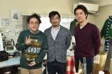 TBSドラマ『きみが心に棲みついた』のムロツヨシ(右)が劇中で描くマンガの作画・監修を手がける漫画家・甘詰留太氏(中央) (C)TBS
