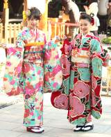 新成人の晴れ着姿披露を披露した(左から)桜井日奈子、山本舞香 (C)ORICON New
