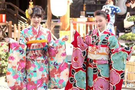 新成人の晴れ着姿披露を披露した(左から)桜井日奈子、山本舞香 (C)ORICON NewS inc.
