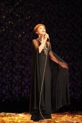 シャンソンの女王らしく「愛の讃歌」を堂々と歌い上げる越路吹雪(大地真央)(C)テレビ朝日