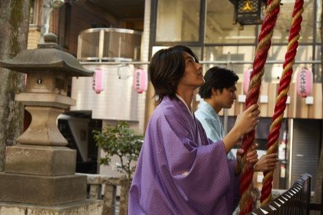 恵比寿神社で成功を祈願するDISH//の新成人コンビ