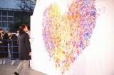 「1時間で押された最多手形ペイント(Most contributions to a handprint painting in one hour)」に挑んだ(C)AKS
