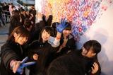 メンバーと参加者は赤・青・黄の手形を押していった(C)AKS