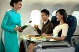 プレミアムエコノミークラスの機内食イメージ。ベトナム料理のほか世界の人気料理が揃う。特選ワインなどの飲み物もあり