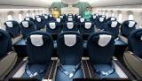 ベトナム航空のプレミアムエコノミークラス。広々とした座席は調整可能なリクライニング式。大型のパーソナルモニターもついている