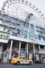 SKE48劇場が入居しているSUNSHINE SAKAEをバックに(C)AKS