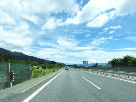 もし国道や高速道路の道が陥没していたら…いざというときのために覚えておくと便利な緊急ダイヤル「#9910」とは(写真はイメージ)